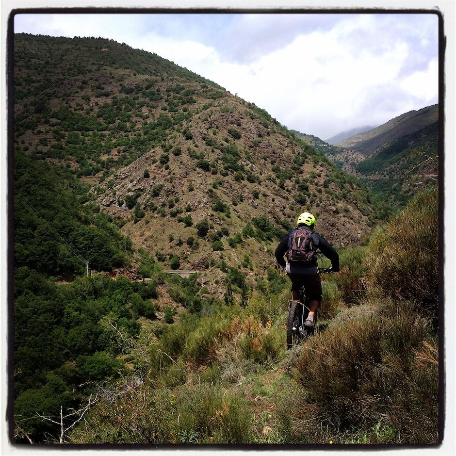 Vous voyez en face la trace dévalant la montagne ?