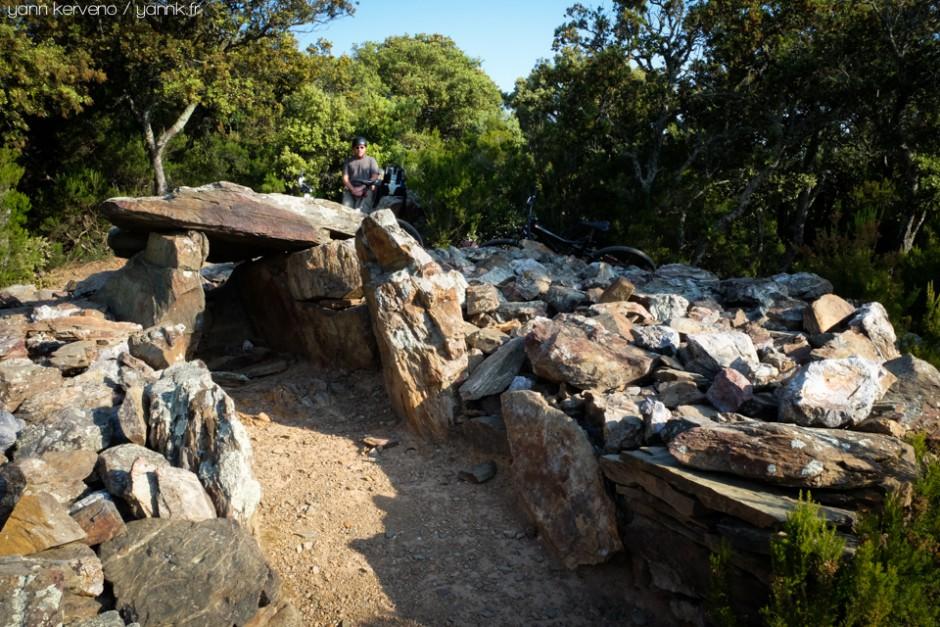 Au dolmen pose tu feras.