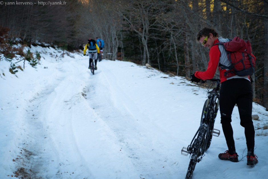 Parfois la montée devient difficile sur la neige gelée dans les ornières ou trop profonde sur les bords.