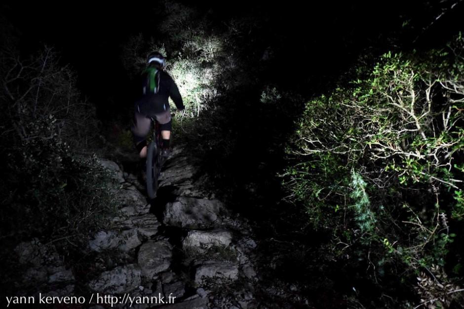 Montée technique sur sentier de nuit. Ludique.